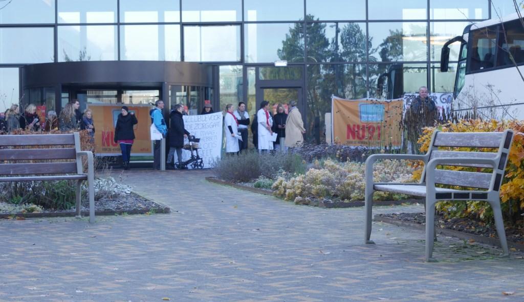 Met spandoeken laten de medewerkers van zich horen.  Foto: Wesley van der Linde/GroenNieuws.nl © BredaVandaag