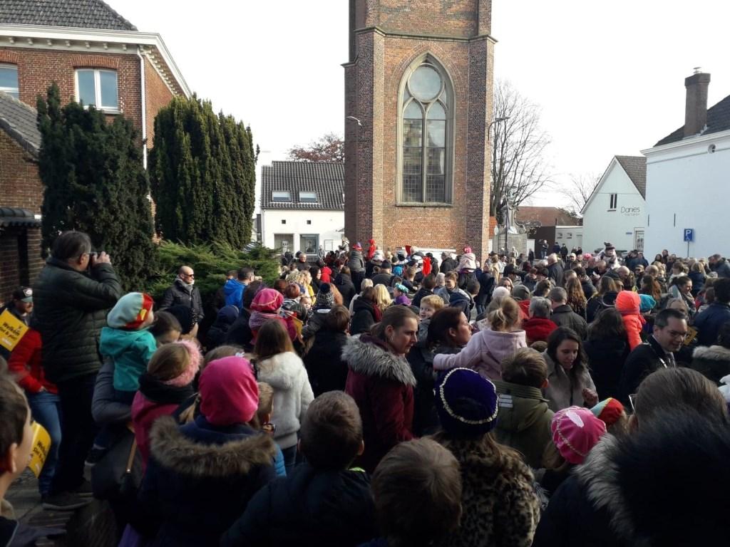 zeker 150 kinderen verwelkomden de sint Foto: Rita van Gaal © Internetbode
