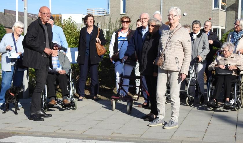Ervaringsdeskundigen en professionals tijdens een eerdere tocht door Kapelle om verbeterpunten voor mensen met dementie te bespreken.