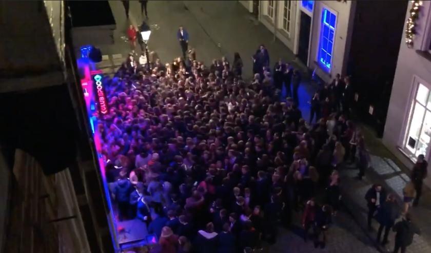 Tientallen scholieren voor de deur bij de Graanbeurs, rond 22.00 uur.