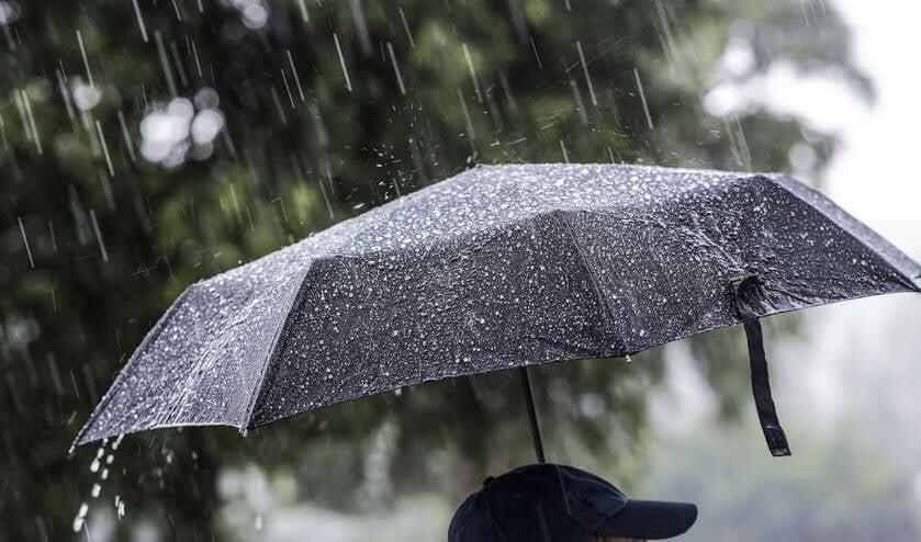regen-wateroverlast-paraplu