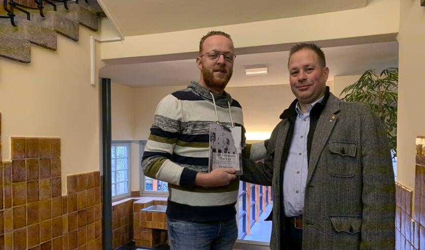 Thijs de Graaf (l) kreeg het boek overhandigd uit handen van Burthy Matthijs (r) FOTO REMKO VERMUNT