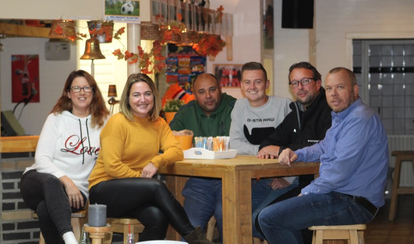 Op de foto staan van links naar rechts: Aukje Verhagen, Carina de Bree, Humphrey Lourens, Jesse Aschman, Jan-Kees Schrier en Jeroen Van Meel. FOTO FRANS VAN PAGEE