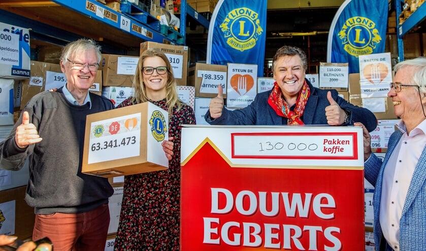 Overhandiging van 1.300.000 pakken koffie aan René Froger, landelijk ambassadeur van Voedselbanken Nederland 'Goed Ontmoet'. FOTO LIONSCLUB BERGEN OP ZOOM