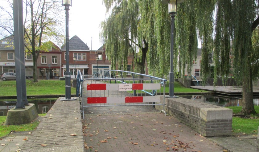 Door verrotte planken blijven de bruggetjes voorlopig dicht.