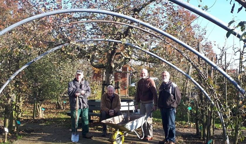 Enkele vrijwilligers van het Fruitteeltmuseum, met rechts Jaap de Schipper.