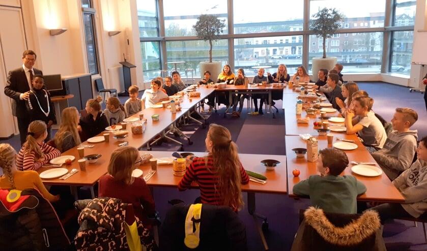 Bij het burgemeestersontbijt mag een leerling van groep 8 van De Burcht-Rietheim de ambtsketting even dragen.