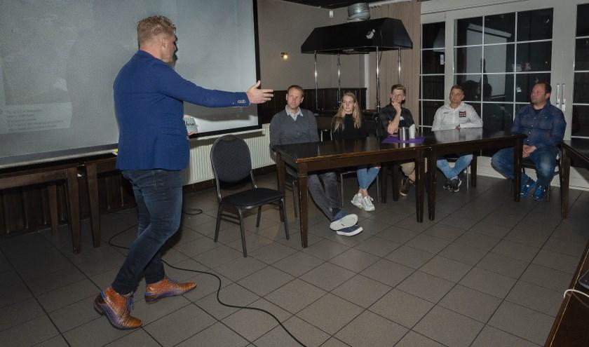 Wielerprominenten aan tafel bij Wielercafé Het Parcours. V.l.n.r. Bobbie Traksel, Gerben de Knegt, Aniek van Alphen, Sieben Wouters, Bart Wellens en Camiel  van den Bergh.