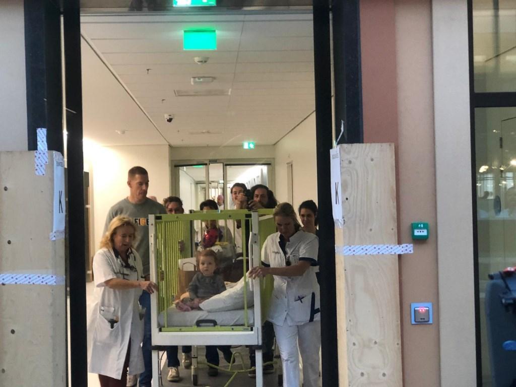 De 17 maanden oude Floor de Zwart is de eerste patiënt die aankomt bij het nieuwe ziekenhuis.  Foto: Robbert Temmen © BredaVandaag