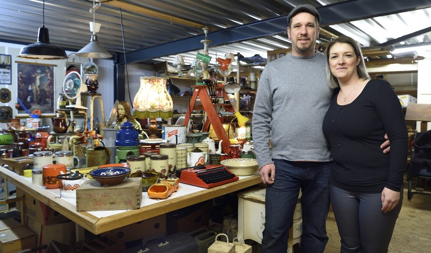 Karl en Roxanne houden van vintage en retro spulletjes. FOTO BENNIE KRAJENBRINK