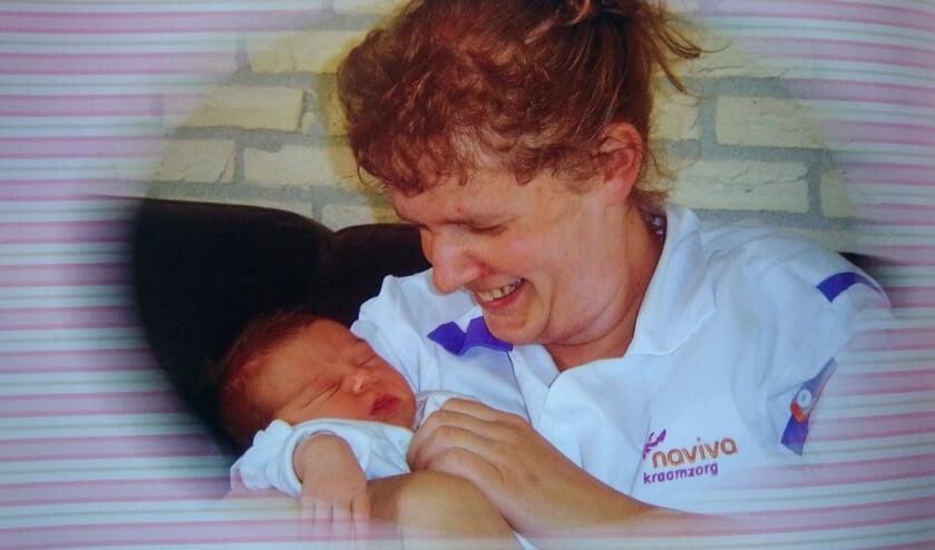 Alie aan het werk als kraamhulp. De baby op de foto is haar nichtje.