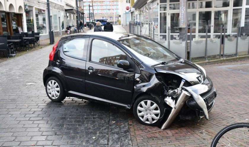 Door de botsing met het paaltje raakte de auto beschadigd.