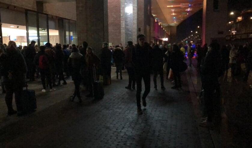 Iedereen moest buiten aan de Belcrumzijde wachten.