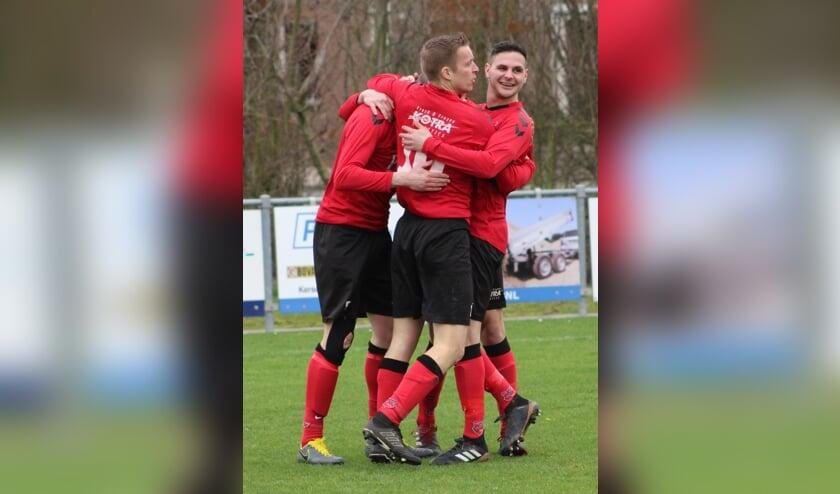 Jari Christiaanse nam zowel de 1-0 en de 4-0 voor zijn rekening in de thuiszege van Yerseke (in het midden).