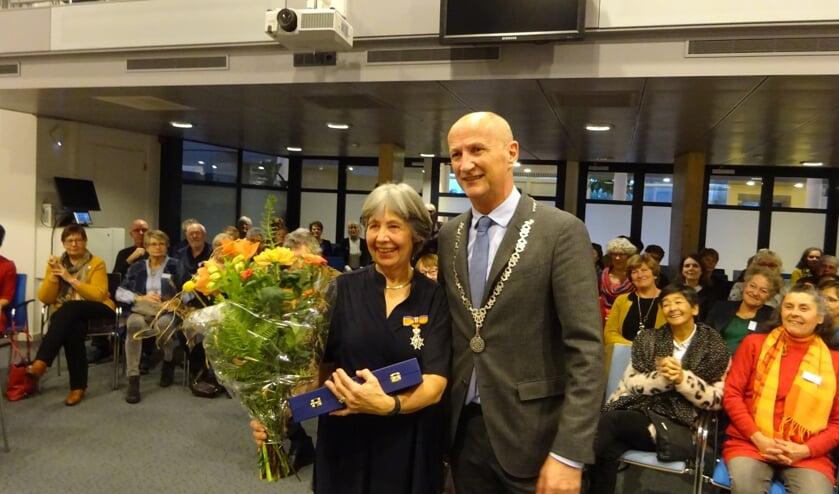 Sylvia Merret van Dam en burgemeester Rob van der Zwaag.