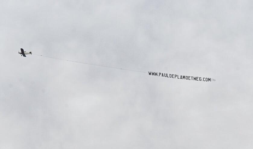 Het vliegtuigje cirkelt boven Breda.