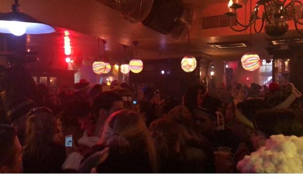 Carnavalsgangers schuilen in café Bruxelles voor het natte weer tijdens klûnen 2019 Foto: Mura Kuijpers © BredaVandaag