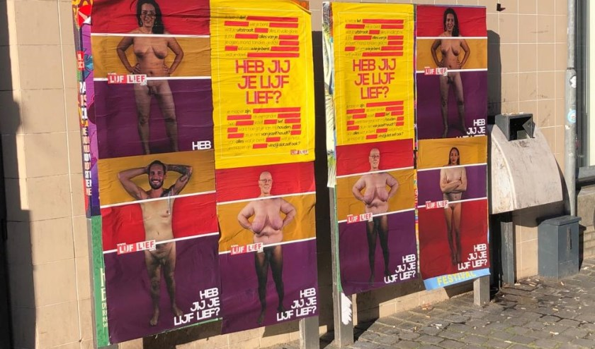 De posters die op verschillende plaatsen in de stad hangen.