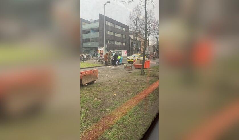 Een fietsster is dinsdagmiddag in botsing gekomen met een bus.