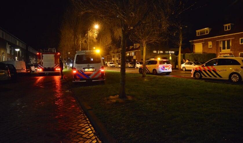 Politie en andere hulpverleners bij de woning in de Dr Struijckenstraat.