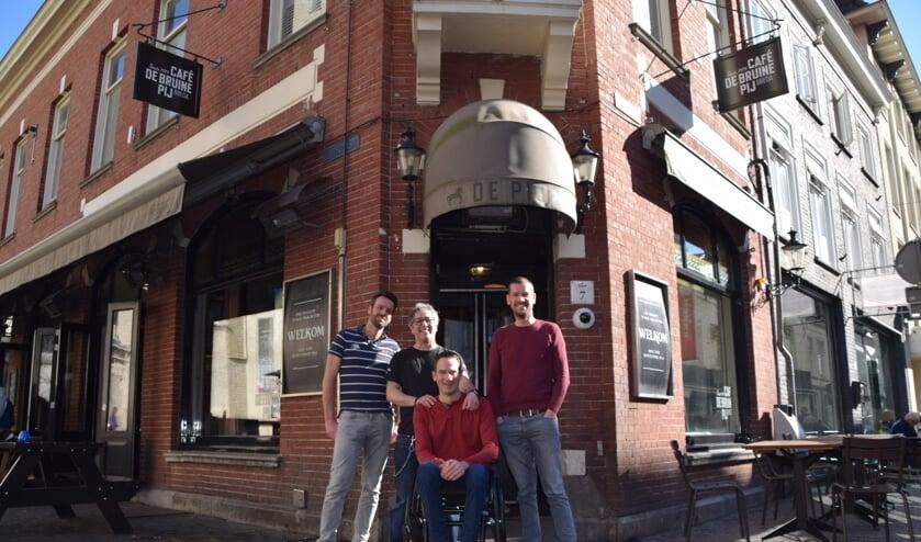 Joris met drie van zijn vrienden die een privétoilet hebben geregeld voor tijdens carnaval.