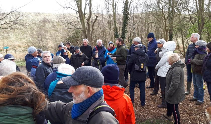 Landschapsarchitect Jan van Minnebruggen (middenachter met baard) vertelt de wandelaars dat hij hier een betere verbinding tussen Nollebos en boulevard voor zich ziet.