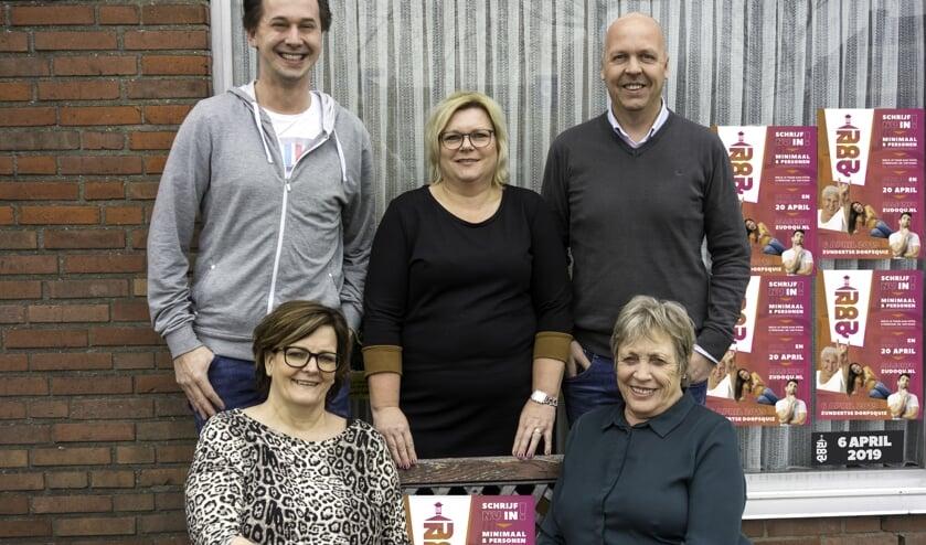 Het team achter de organisatie van de ZuDoQu. Staand van links naar rechts; Mark Maas, Sigrid Kerstens en Bas van den Bogaert. Zittend van links naar rechts; Lianne Bastiaansen, Elly Braspenning.