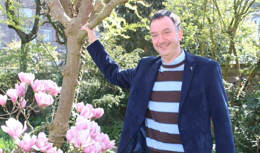 Pastoor Paul Verbeek in de tuin van het Parochiecentrum