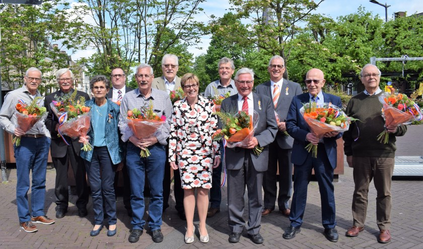 De trotse gedecoreerden in het zonnetje gezet door burgemeester Miranda de Vries. FOTO STELLA MARIJNISSEN