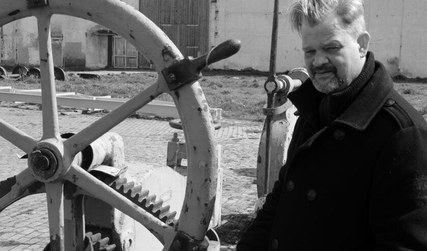 Mels Hoogenboom als directeur KMS De Schelde in de voorstelling 'Het Verweer' te zien op zondag 5 mei in Woonzorgcentrum Scheldehof. FOTO BRAM VAN BELZEN