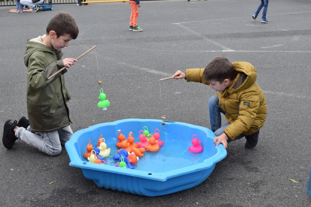 Eendjes vangen op het kinderplein in het Schoenmakerspark. FOTO STELLA MARIJNISSEN  © Internetbode