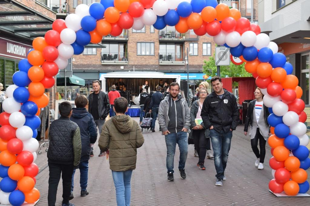 Feestje op het Burchtplein. FOTO STELLA MARIJNISSEN  © Internetbode