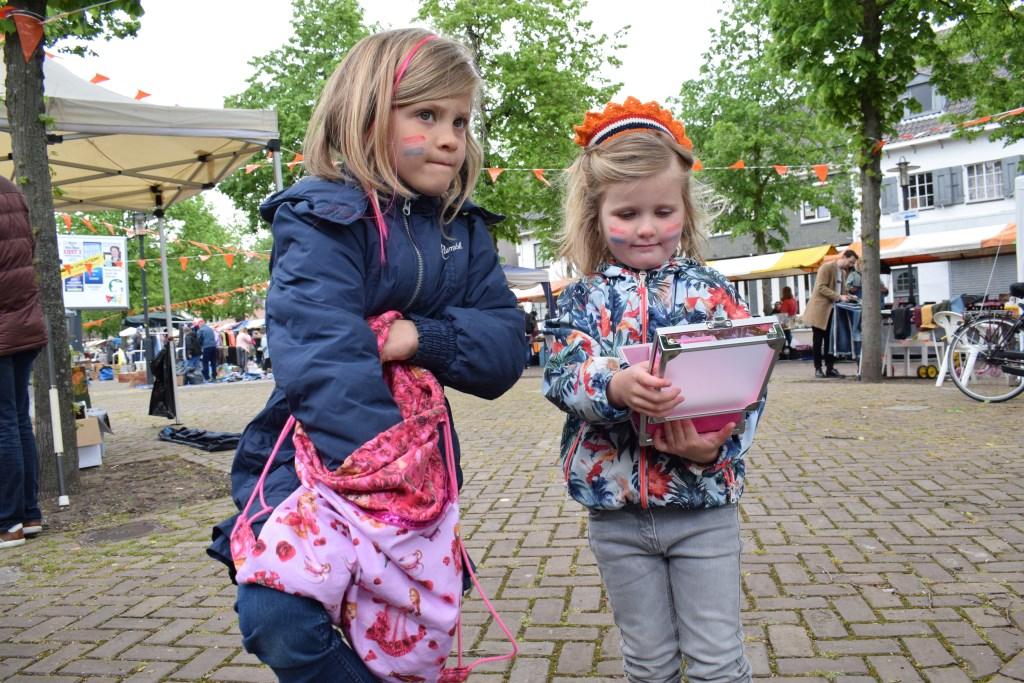 Lize en Bibi hebben hun spaarpot leeggehaald en mooie dingen gekocht. FOTO STELLA MARIJNISSEN  © Internetbode