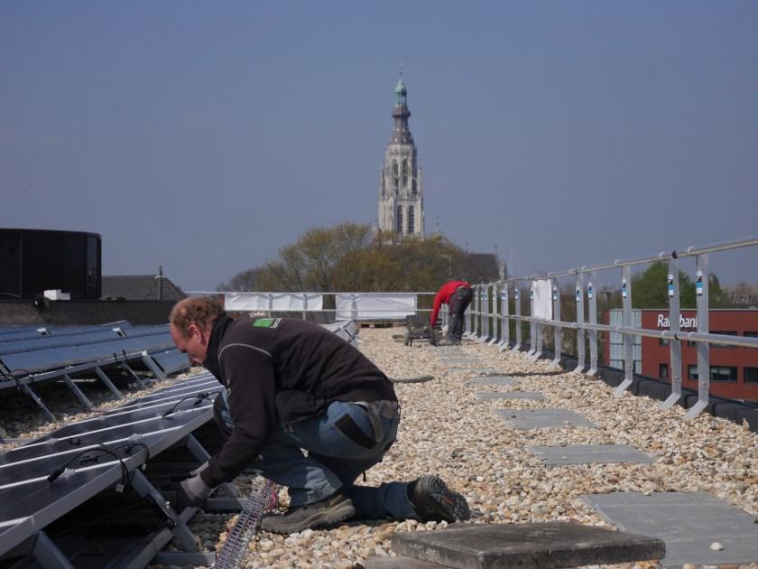 Op het dak van het Stadskantoor aan de Claudius Prinsenlaan zijn nog eens 420 zonnepanelen gemonteerd.