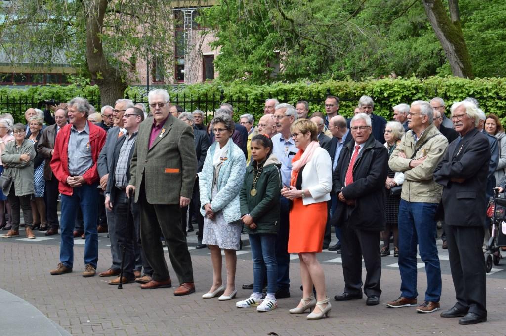 De nieuw gedecoreerden met burgemeester Miranda de Vries en jeugdburgemeester Indy van Dongen. FOTO STELLA MARIJNISSEN  © Internetbode
