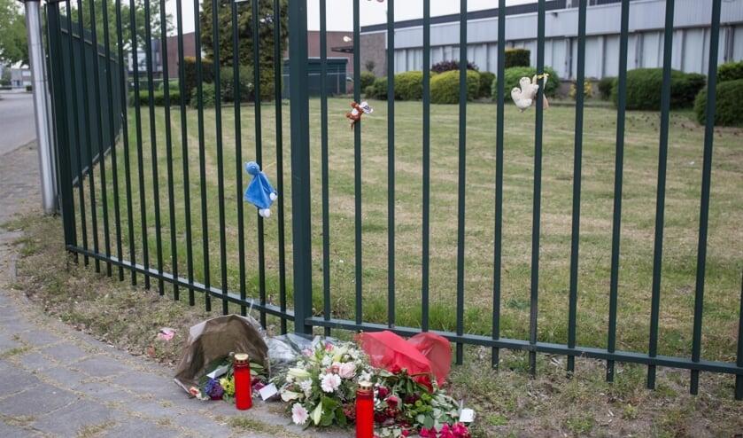 Bloemen en beertjes op plek van het dodelijk ongeval in Vosdonk.