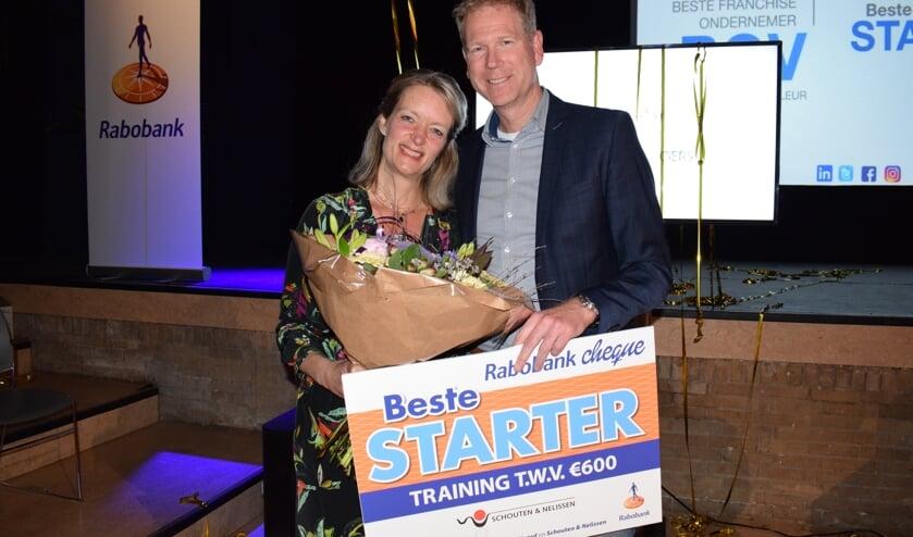 Vivian van Wordragen van Via Viv ontvangt Beste Starter prijs uit handen van Rabobank directeur bedrijven Marco Goovers. FOTO STELLA MARIJNISSEN