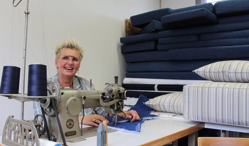 Jolanda van Dijke in haar atelier waar arbeidsintensief wordt gewerkt.