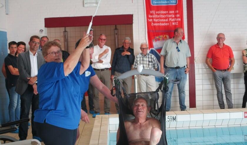 Henk Reijnders gaat het water in en uit met de tillift.