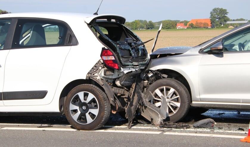 Twee auto's op de Deltaweg zijn zwaar beschadigd geraakt.