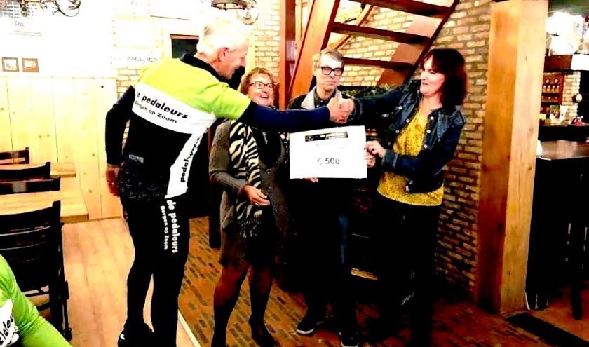 Uitreiking van de cheque aan Stichting Happynezz.