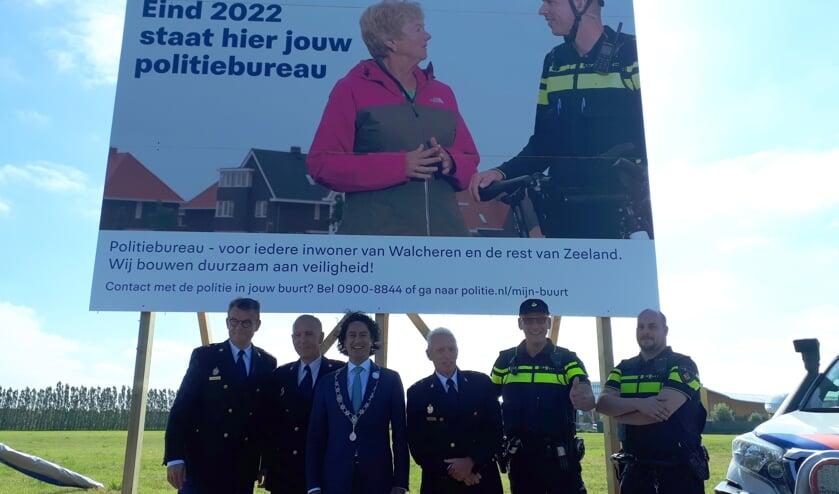 Vertegenwoordigers van de politie en gemeente Middelburg bij het bouwbord.