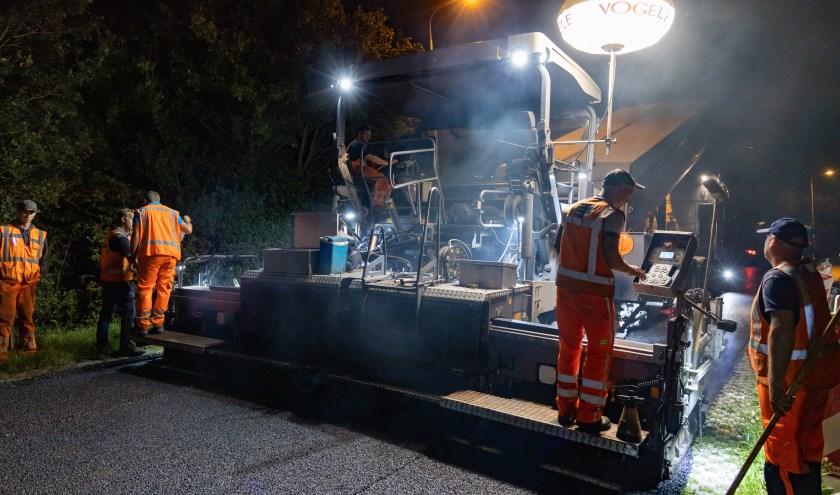 Het asfalteren gebeurt in de nachtelijke uren.