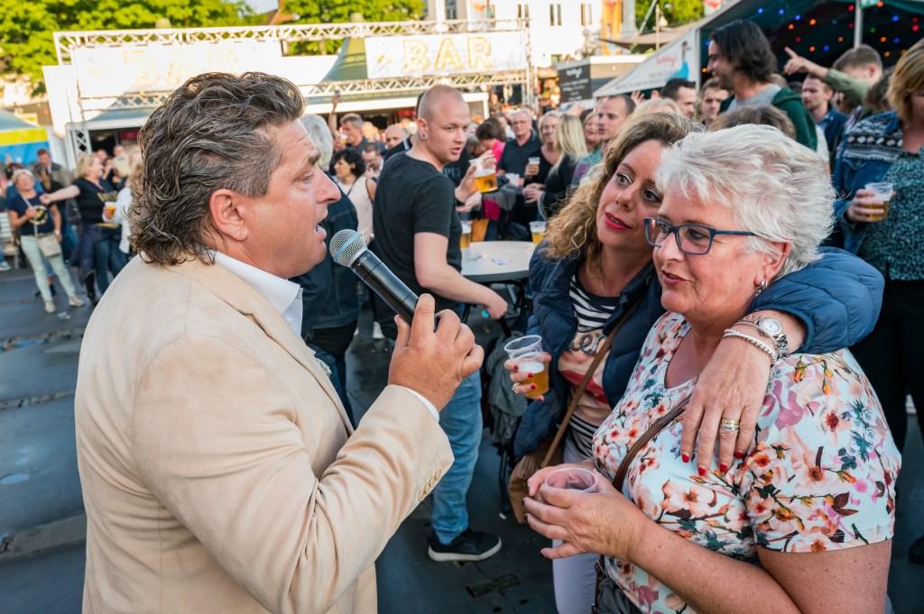 Iedereen kon meezingen met diverse Nederlandse artiesten.  Foto: Chris Kooistra/Spanjaardsgat Festival © BredaVandaag