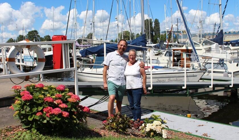 Voorzitter Jan-Eric Withagen en Havenmeester Willy van Aart met op de achtergrond hun eigen boten.