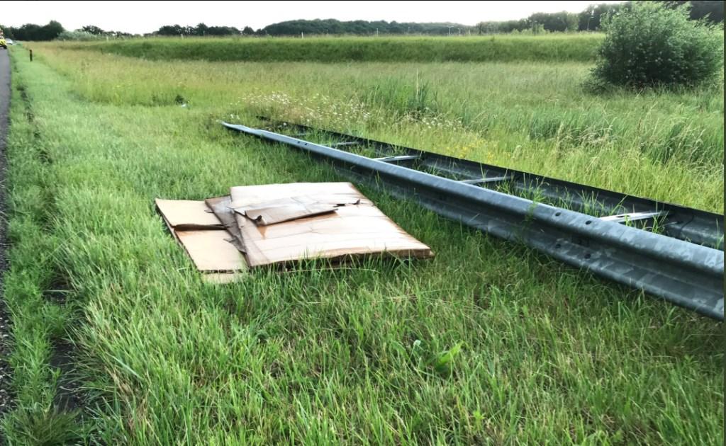 De kartonnen dozen lagen verspreid over de weg.  Foto: Weginspecteur Jeroen © Internetbode