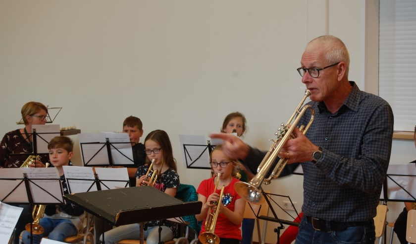 Koperdocent Anton Kempe brengt de kinderen de fijne kneepjes van het musiceren bij. FOTO JESSICA ROVERS