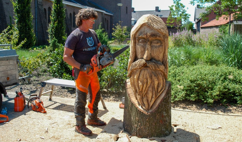 Marc Struyf maakt houtsculptuur met kettingzaag