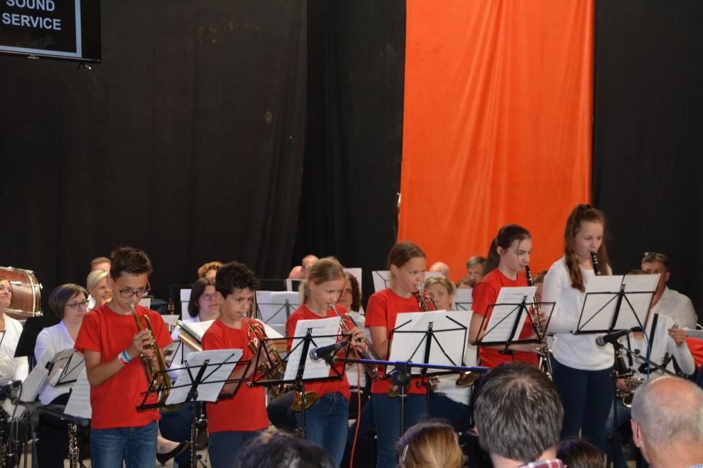 Mats, Cas, Femke, Eline, Manon en Sanne spelen een vrolijke medley. Foto: Rob Clarijs © Internetbode