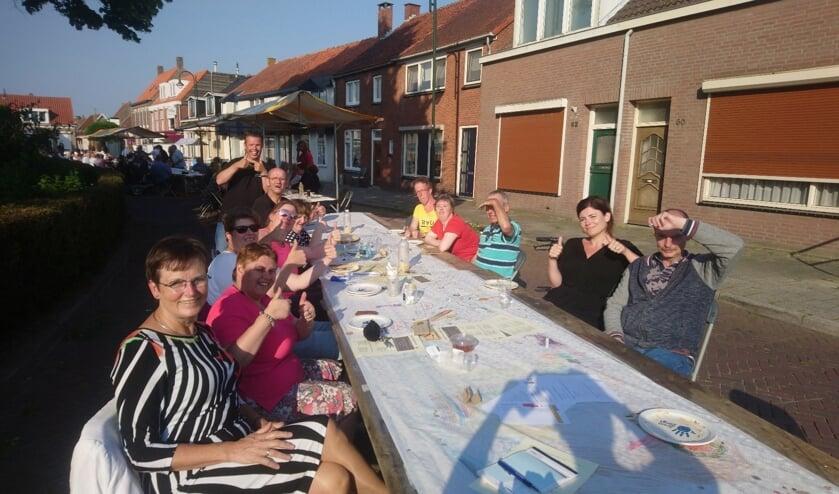 Burgemeester Ger van de Velde eet ook gezellig een hapje mee. FOTO JACOLINE DE BOER
